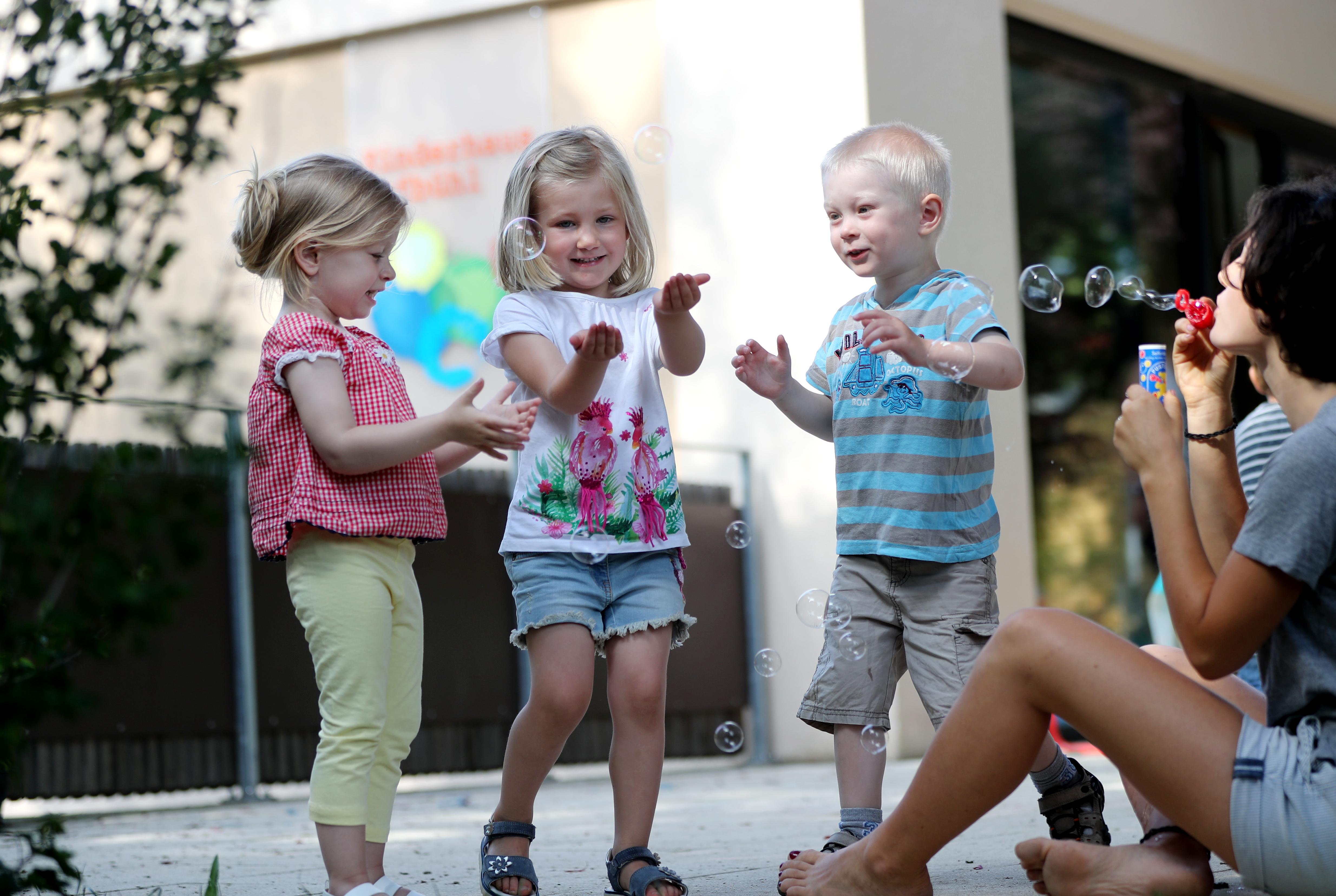 Spielende Kinder in einer Kindertageseinrichtung
