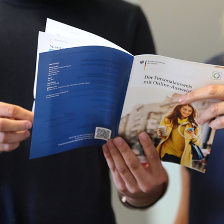 Bürger schauen sich eine Broschüre an