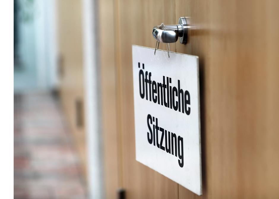 Schild mit Hinweis auf öffentliche Sitzung