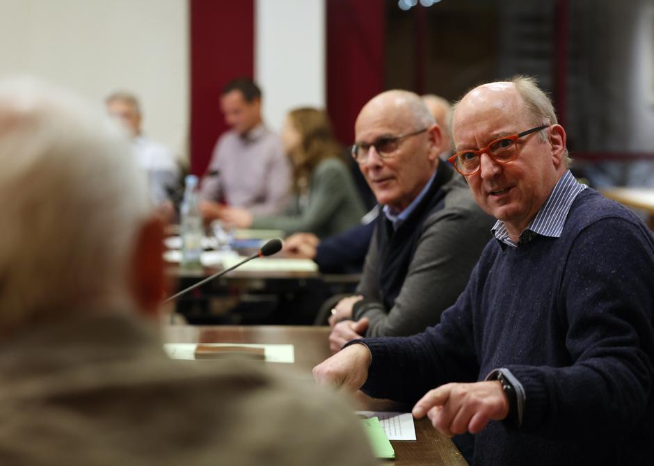 Stadträte im Sitzungssaal