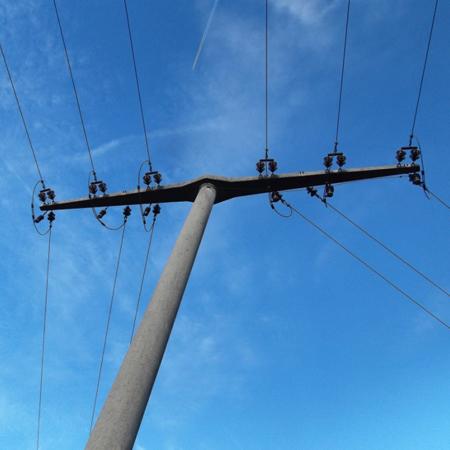 Strommast mit Leitungen