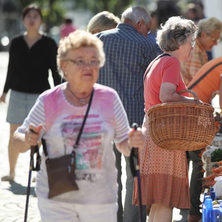 Seniorin beim Spazierengehen