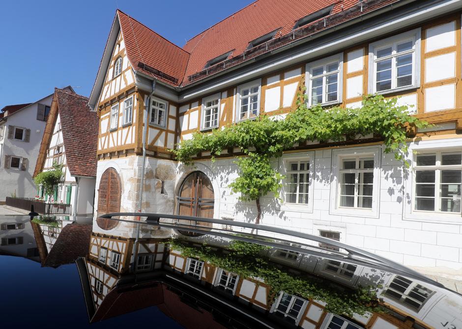 Klosterhof spiegelt sich auf einem Autodach