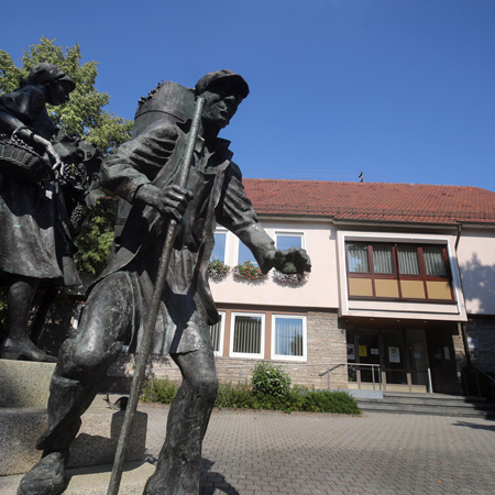 Vor der Verwaltungsstelle Neuhausen