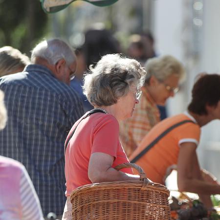 Senioren auf dem Wochenmarkt