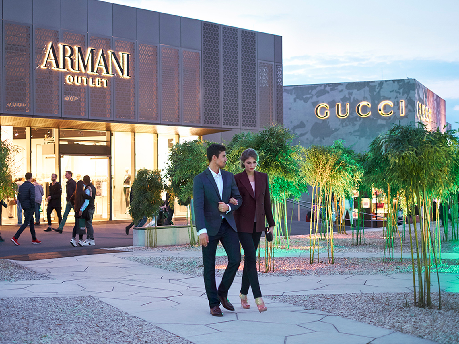 Paar geht in der Outletcity Metzingen shoppen