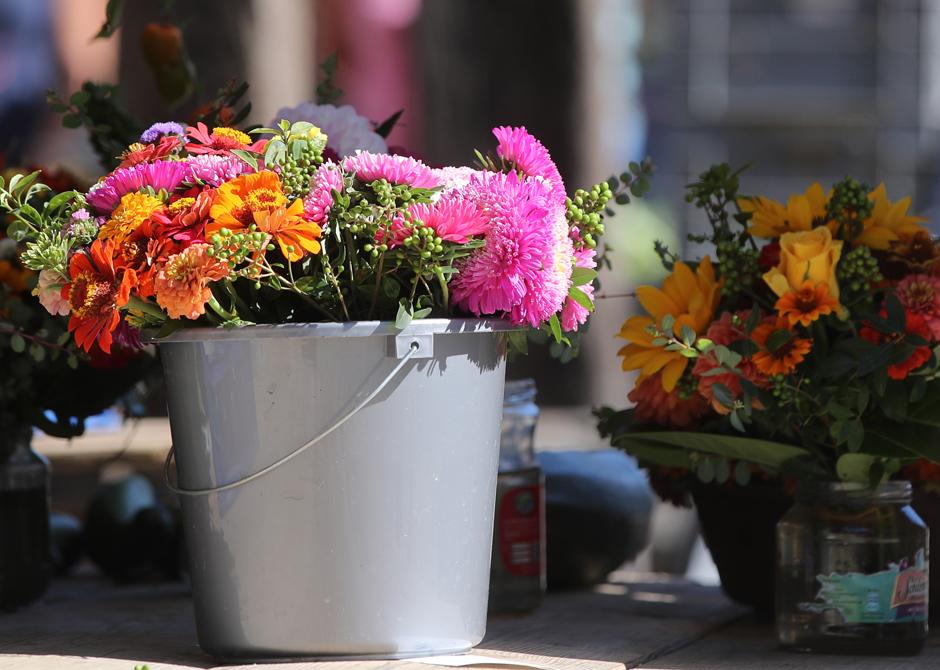 Bunte Blumensträuße auf dem Markt