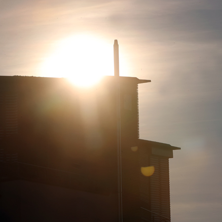 Hausfasade bei Sonnenuntergang