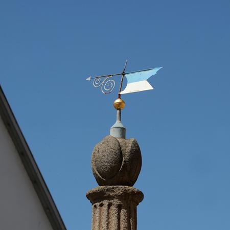 Spitze des Rathausbrunnen mit Wetterfahne