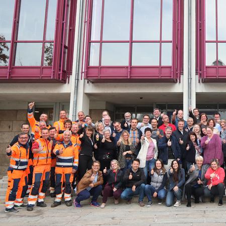 Mitarbeiterinnen und Mitarbeiter der Stadtverwaltung vor dem Rathaus