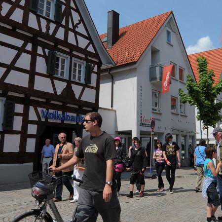 Einkaufsstraße in der Innenstadt mit großem Fachwerkhaus