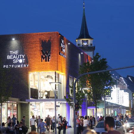 Stimmungsvolle beleutete Innenstadt beim Mitternachtseinkaufen