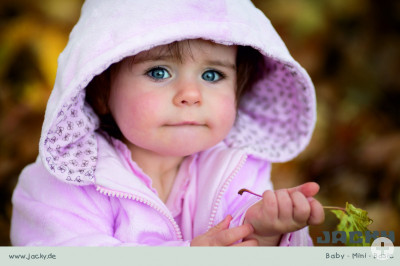 Mädchen mit rosa Kapuzenjacke