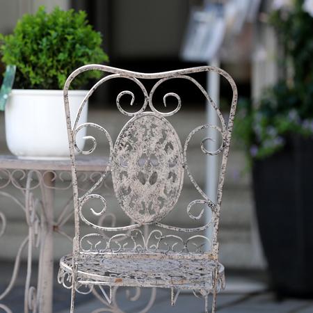 Alter stuhl mit tisch in einem Café