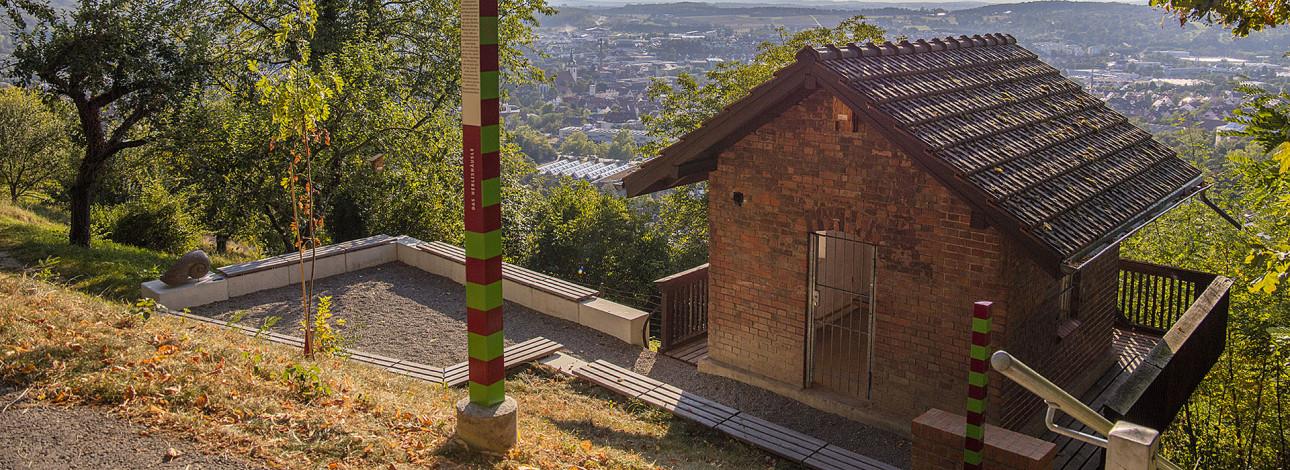 Im Weinberg, links ein kleines Haus mit Blick auf Metzingen