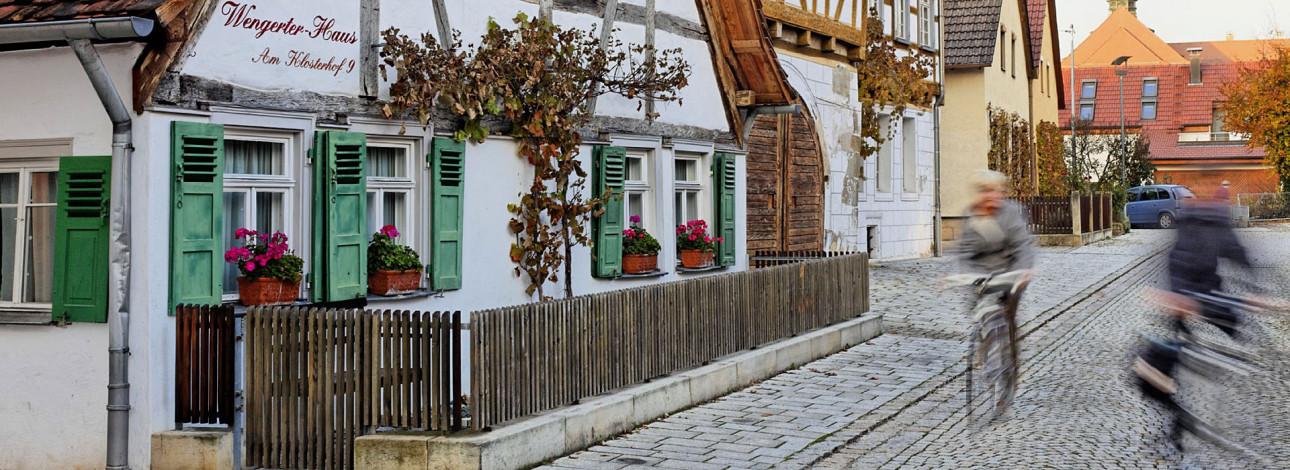 Wengerter Haus mit grünen Fensterläden und Weinranken an der Fassade