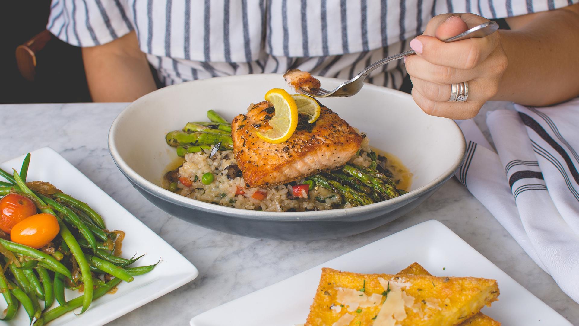 Mittagessen Lachs auf Reis auf einem Teller