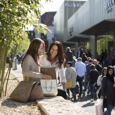 Zwei Damen bein Shoppen