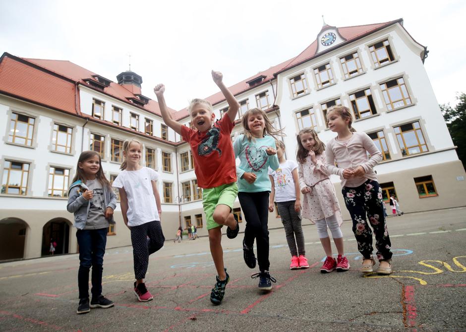 Kinder auf dem Schulhof vor der Sieben-Keltern-Schule