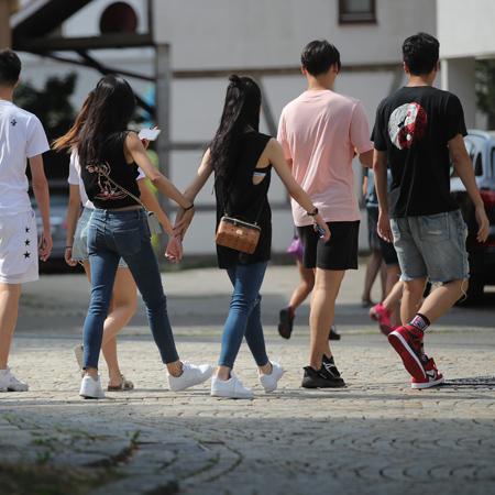 Junge Menschen Hand in Hand
