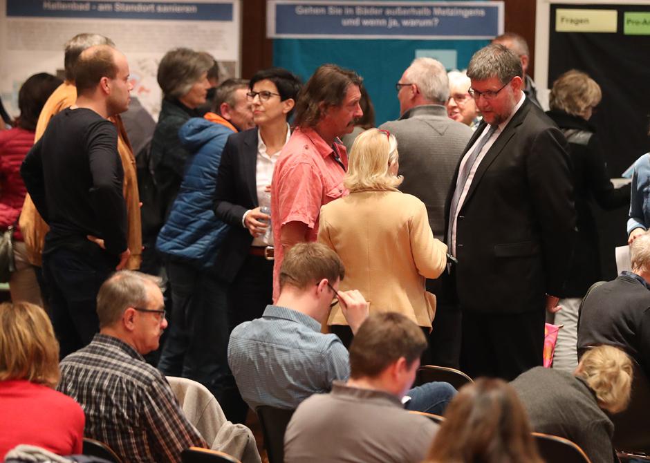 Bürgerinnen udn Bürger im Gespräch mit Vertretern der Verwaltung