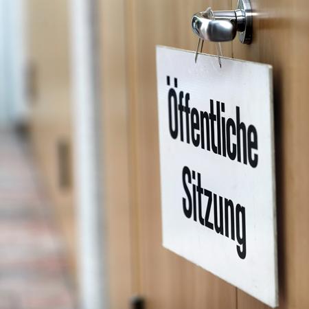 Schild am Sitzungssaal