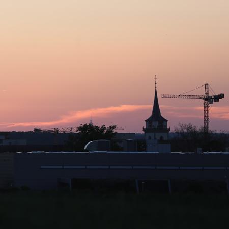 Kran mit Martinskirche bei Sonnenuntergang