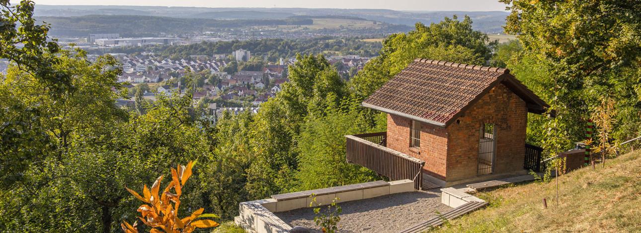 Ein kleines Häuschenrechts im Weinberg Weinberg mit Blick auf die Dächer von Metzingen