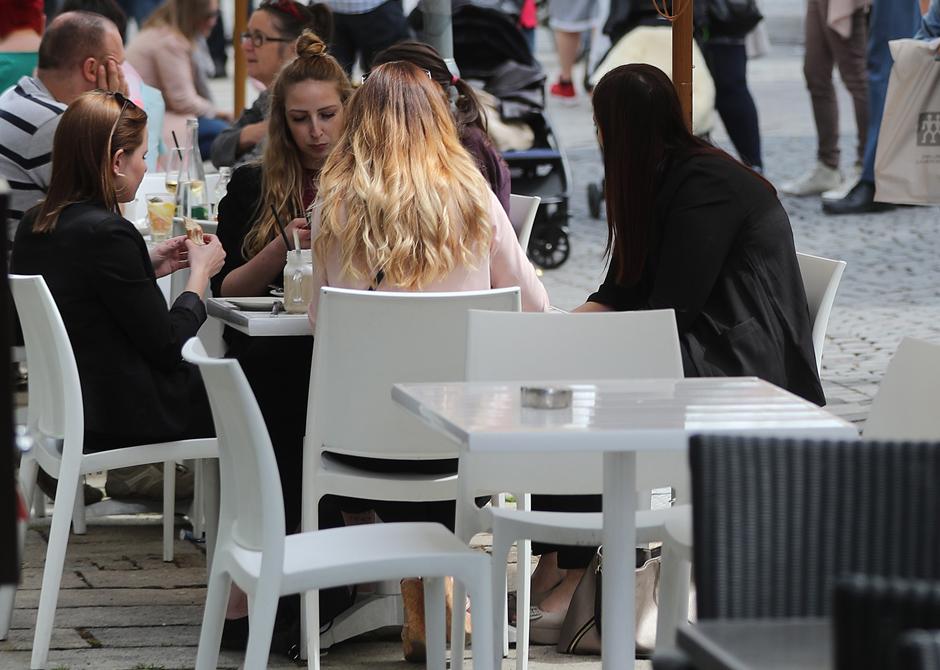 Junge Menschen sitzen in einem Café