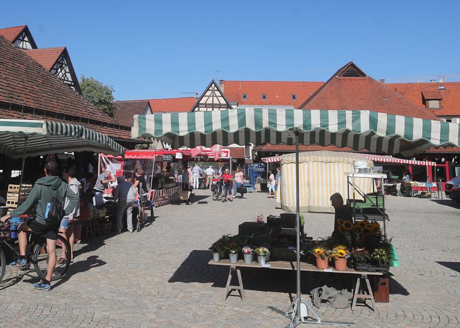 Regionaler Markt auf dem Kelternplatz, Marktstände mit Blumen auf Kopfsteinpflaster