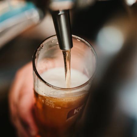 Bierglas beim einschenken