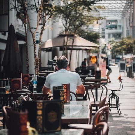 Blick in den Außenbereich einer Gastwirtschaft