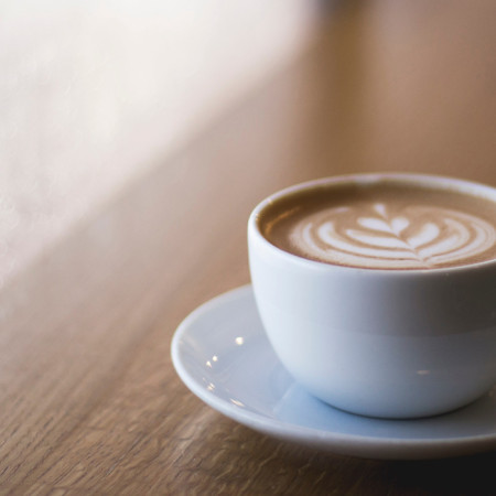 Kaffeetasse auf einer Fensterbank