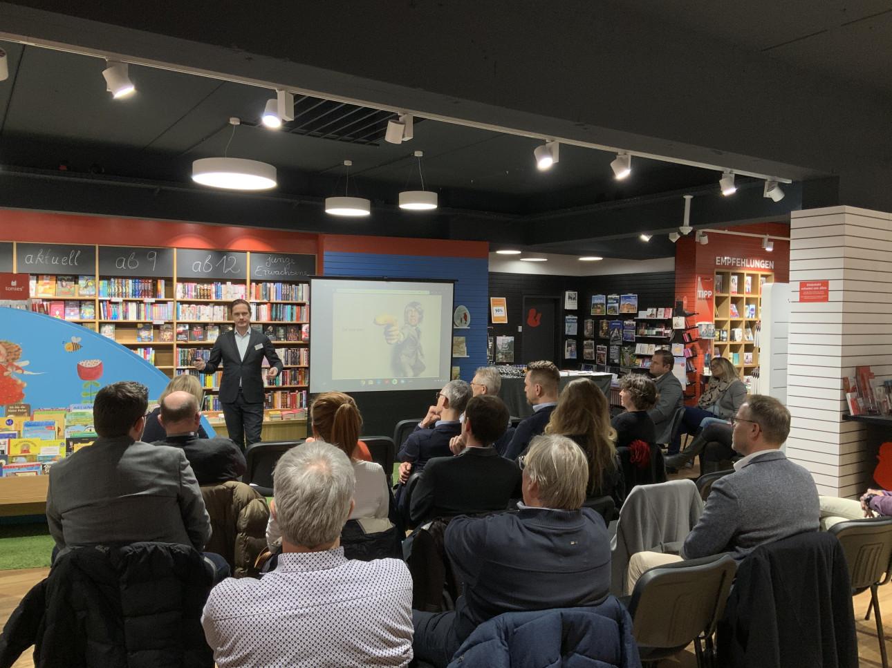 Zuschauer hören dem Referenten zu beim fünften Metzinger Handelsforum
