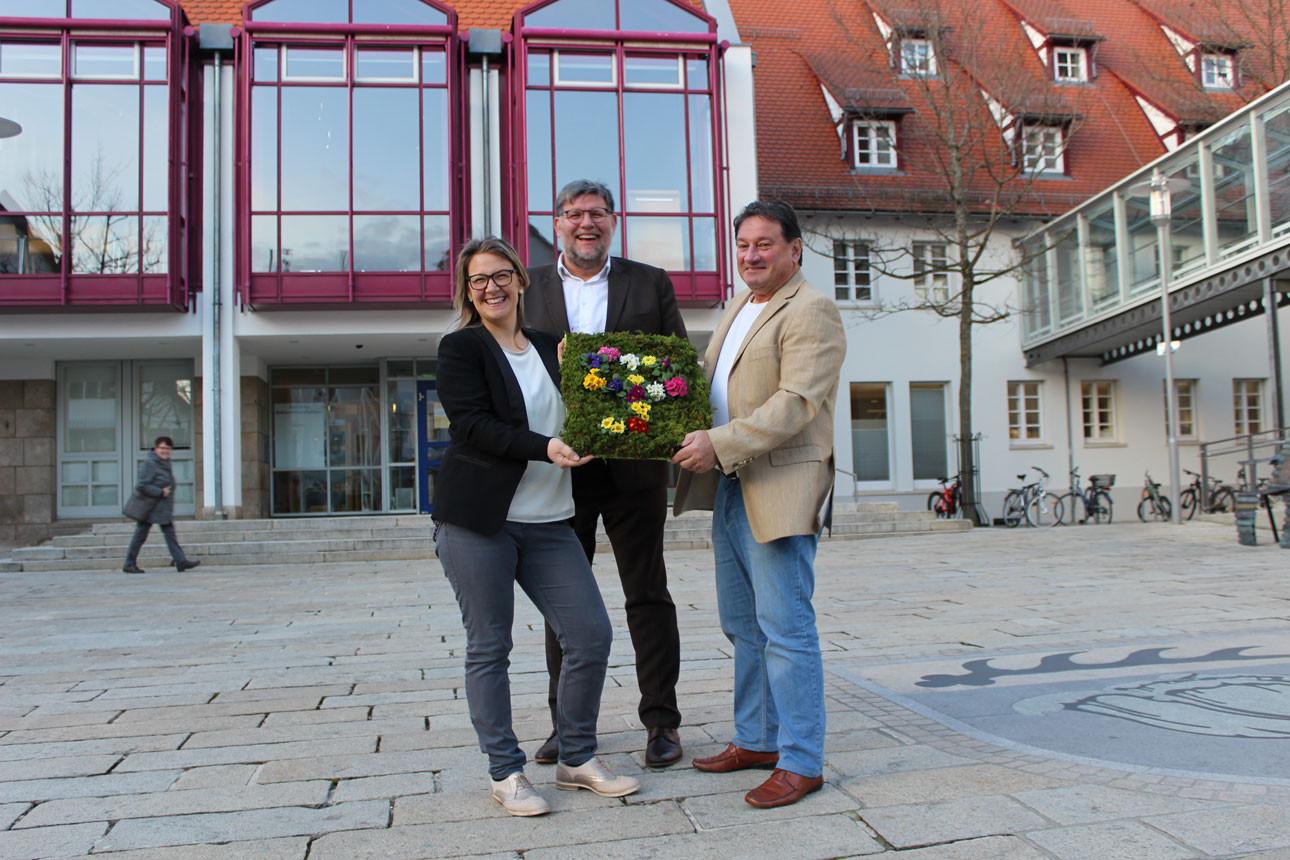 Vor dem Rathaus stehen die neue Geschäftsführerin Meike Hespeler, Oberbürgermeister Dr. UlrichFiedler
