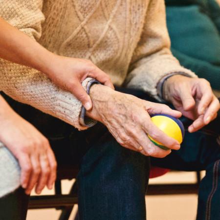 Helfende Hände bei älterem Man