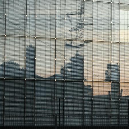 Blick auf eine verglaste Fläche im Industriegebiet