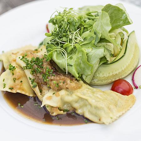 Maultaschen und Salat auf einem Teller